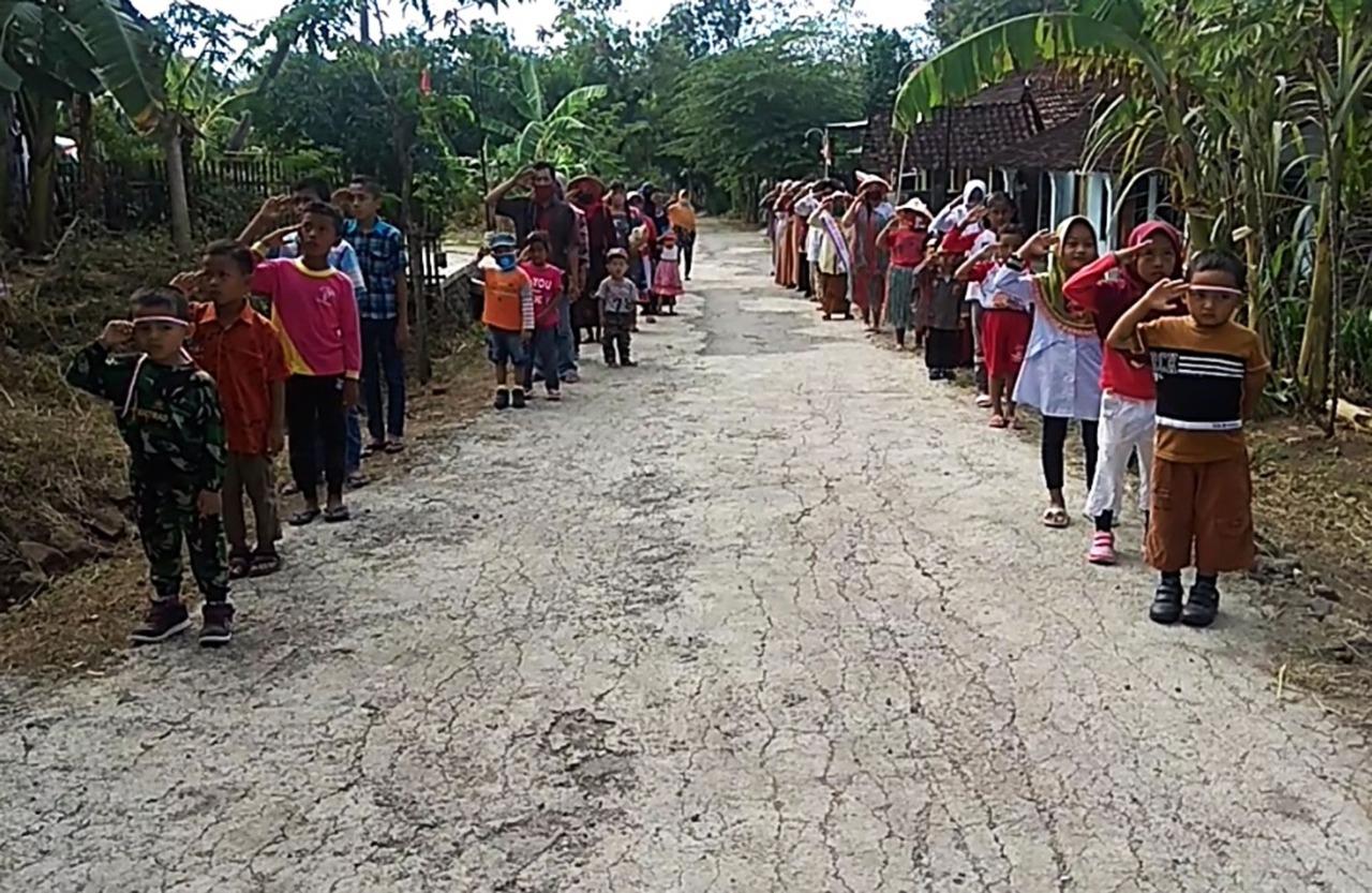 Upacara Di Tengah Jalan Desa, Cara Warga Desa Krajan Magetan Jaga Rasa Nasionalisme di Masa Pandemi Virus Corona