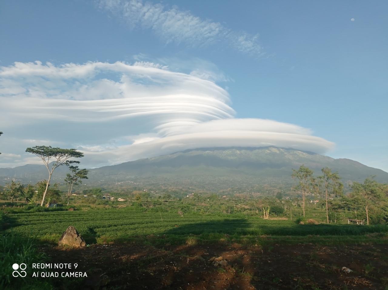 Gunung Lawu Bertopi Awan Putting Beliung