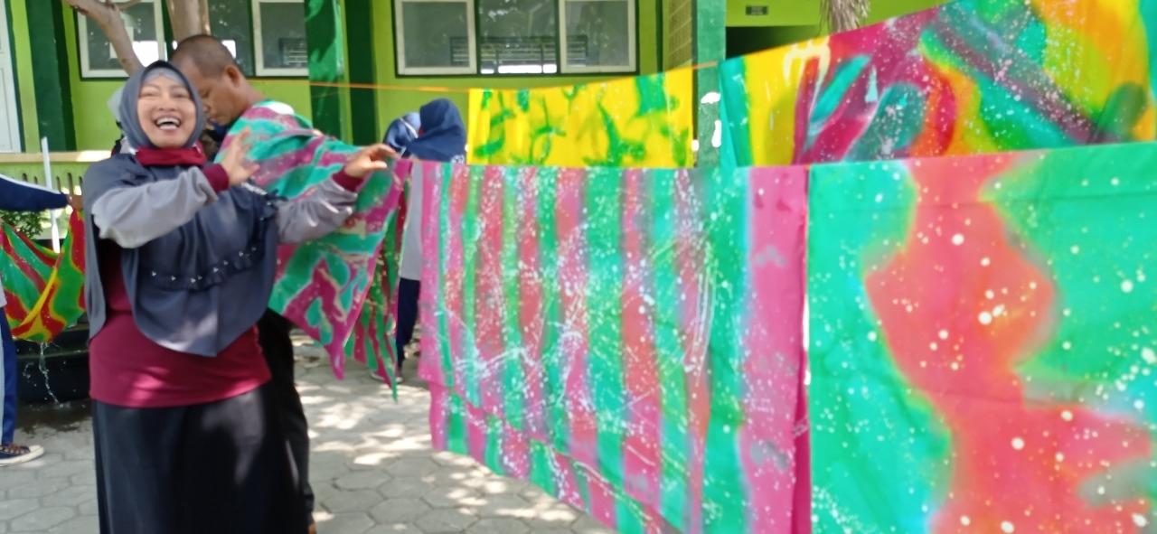Tetap Kreatif Dimasa Pandemi, MTsN 10 Magetan Ajak Siswanya  Membuat Batik