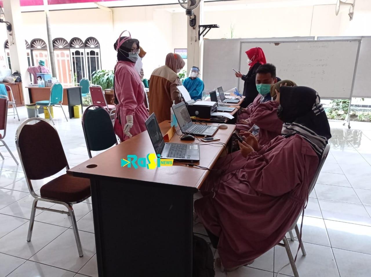 Ribuan Tenaga Pengajar di Magetan Menunggu Divaksin Sebelum PTM