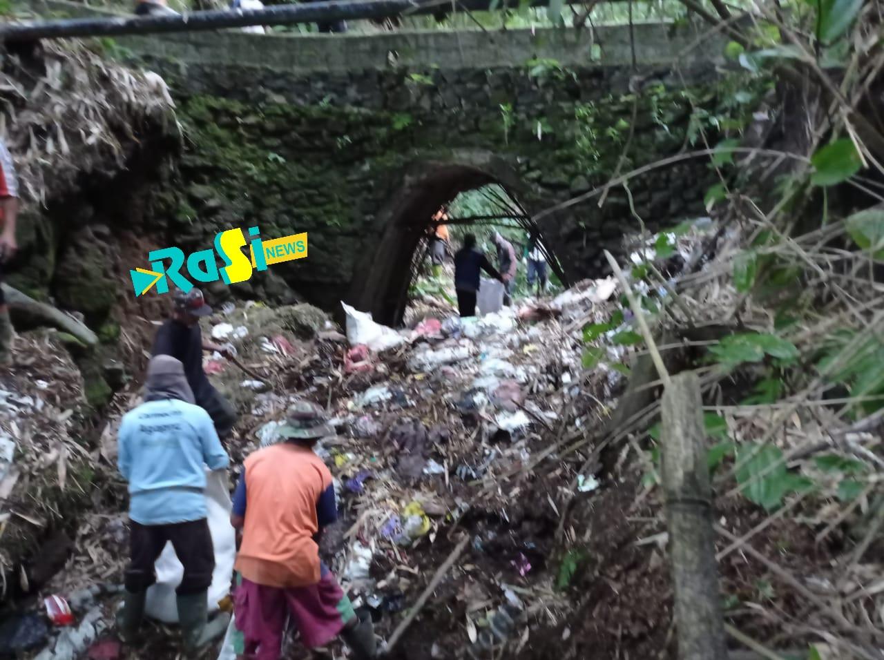 Warga Singolangu Bersih-Bersih Sampah di Sungai